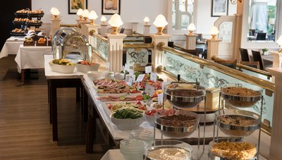 breakfast buffet at Hotel des Nordens with muesli, cold cuts, joghurt and more